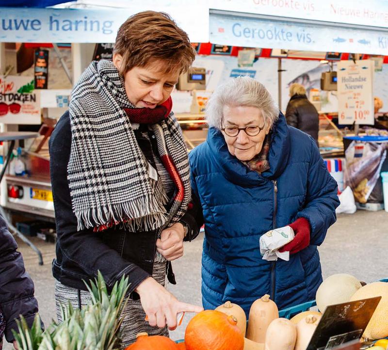 irma-en-vrouw-op-de-markt_responsive